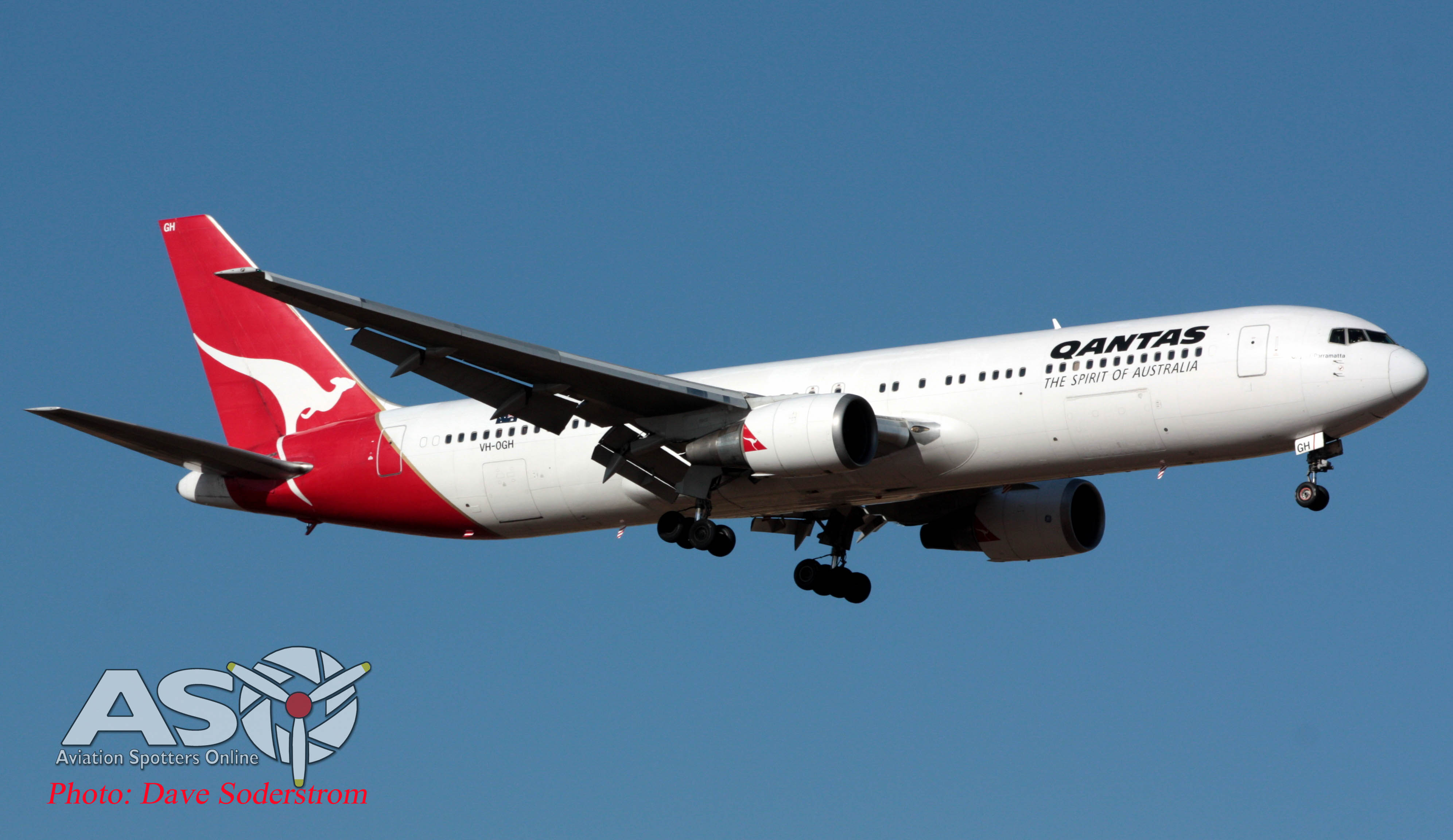 VH-OGH Boeing 767 QANTAS coming into Melbourne.