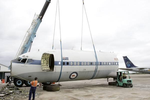 707th Boeing 707-338 Cockpit lands at HARS