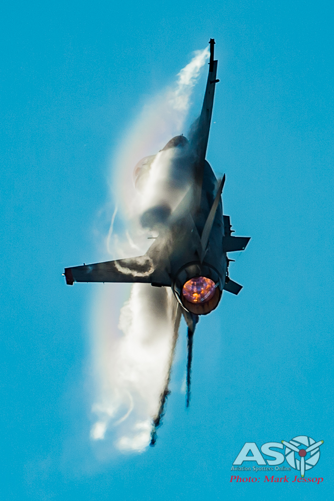 USAF F-16 Fighting Falcon ripping into a tight turn.