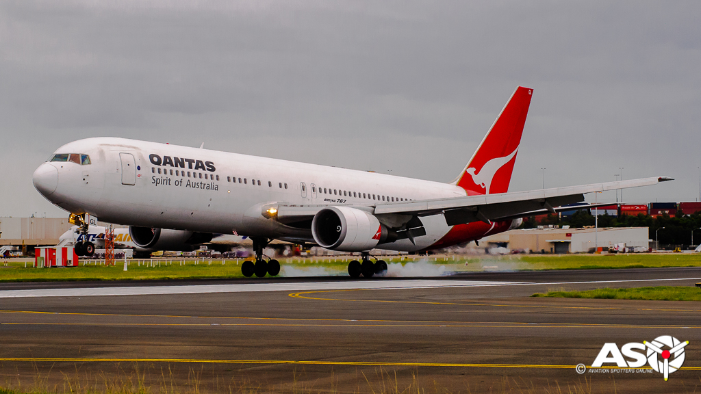 VH-OGL Boeing 767 QANTAS landing for the last time with passengers.