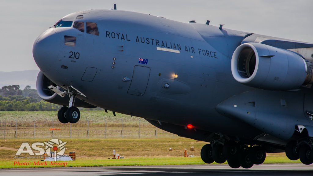 Two RAAF C-17 to Cruise low level off QLD Coast